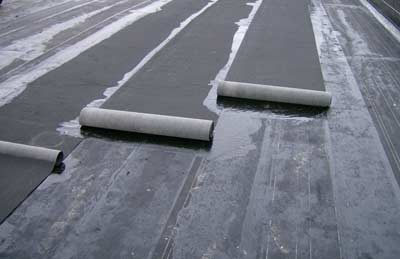 Bitumen aanbrengen op een plat dak