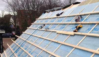 Tengels en Panlatten op een hellend dak