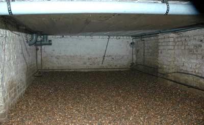 Schelpen op de bodem van kruipruimte