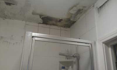Vochtplekken op de het plafond in de badkamer